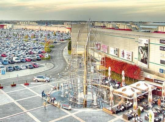 Lăsăm la mall bani cât pentru 450 km de autostradă pe an